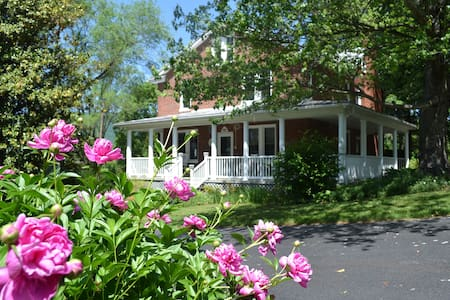 WildManDan Beercentric B & B: 2-Row - Afton - Bed & Breakfast
