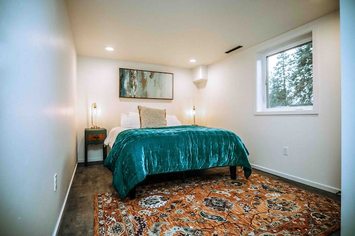 Downstairs, private room, queen bed