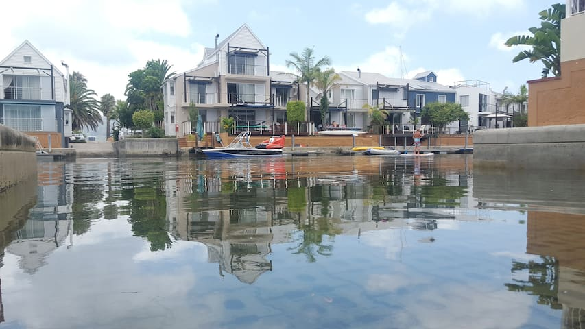 KNYSNA QUAYS RIGHT ON THE WATER!