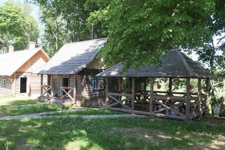 Слева направо: баня и домик управляющего, свиран (амбар, где мы готовим еду для гостей) и беседка для завтраков, обедов и ужинов в хорошую погоду