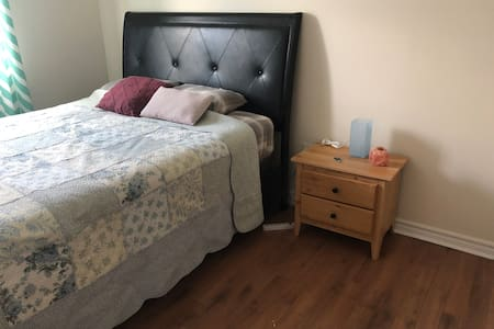 Comfy bedroom. 20 mins from airport, close to MSVU