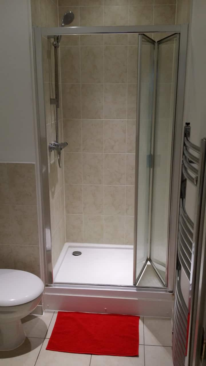 En-suite big room-Croydon-Sainsbury's &Wandle PARK