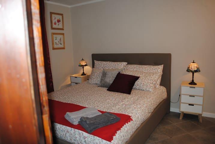 La camera da letto come del resto tutta la casa è molto  fresca, grazie alle sue spesse mura  e non necessita di aria condizionata.  Il letto matrimoniale  è di misure standard, le lenzuola fornite dalla casa sono 100/100 cotone.