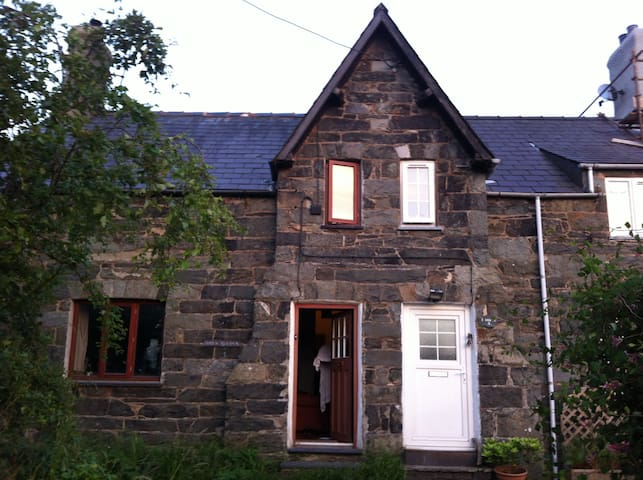 Peaceful Stone House with Piano - Tregarth - Hus