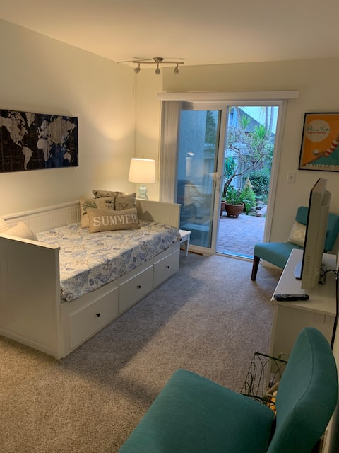 Cozy Private Apartment - Walk to the Beach!