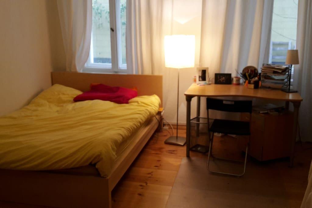 1,40 m großes Bett mit großer Decke
