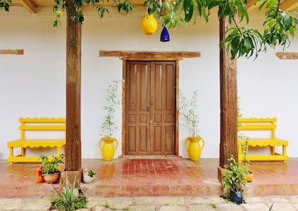 La Casa de los Corazones - AMARILLO