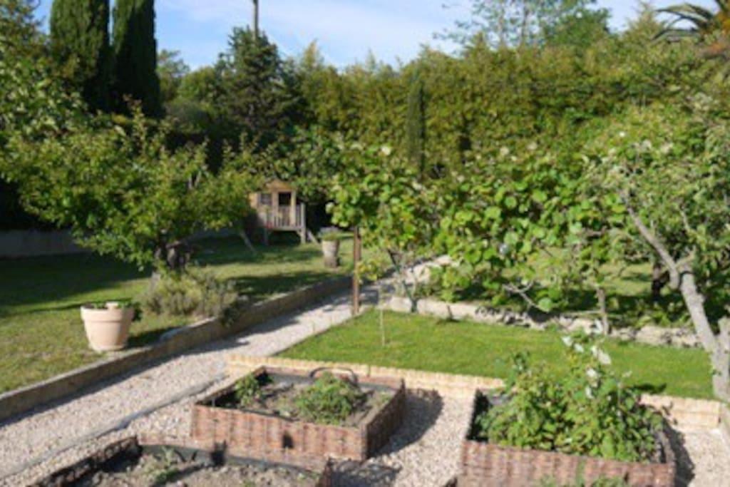 Grand jardin à l'arrière de la villa.