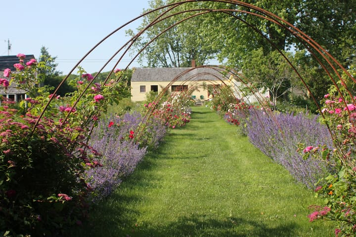 Heartfelt Farm & Gardens; Elizabeth - Cushing - Bed & Breakfast
