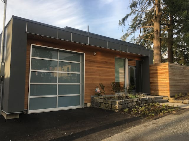 New, Modern & Chic Laneway Home - Central Location - ノースバンクーバー - 一軒家
