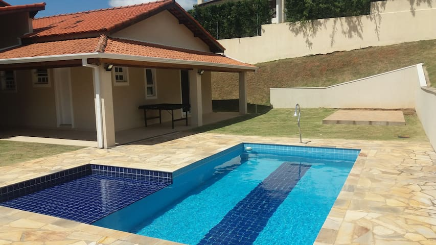 Casa térrea sem degraus com piscina privativa