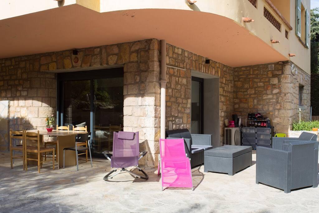 Terrasse avec table à manger et salon extérieur