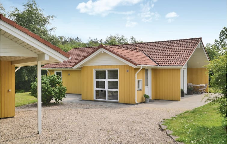 Holiday cottage with 3 bedrooms on 102m² in Oksbøl