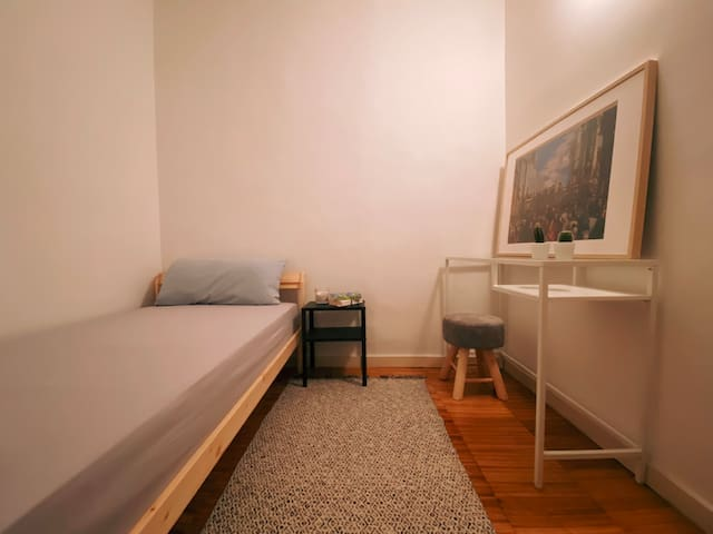 Single room only for females in Gracia