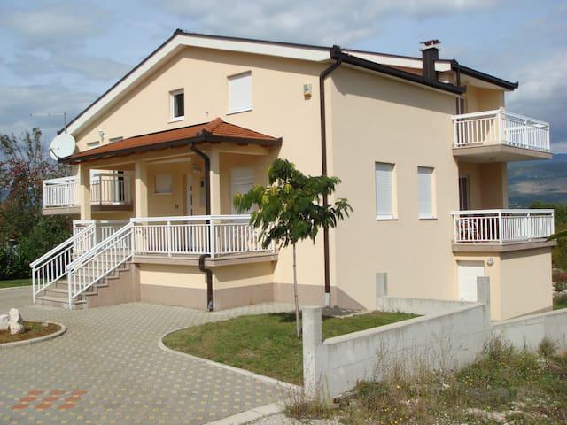 Modern house, quiet neighborhood - Široki Brijeg - Ev