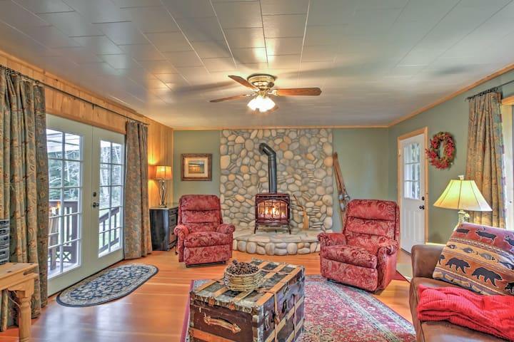 3BR Ashford 'Wildwood' Cabin w/ Hot Tub! - Ashford - Cabaña