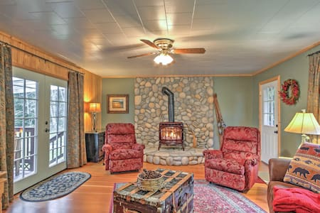 3BR Ashford 'Wildwood' Cabin w/ Hot Tub! - Ashford - Kisház