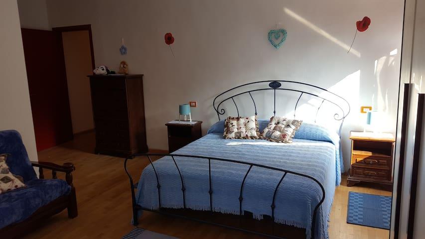 Seconda camera indipendente on un letto matrimoniale.