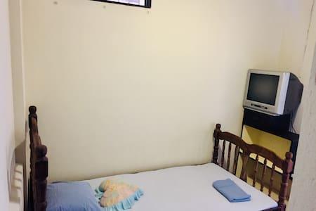 Habitación #4, cama sencilla