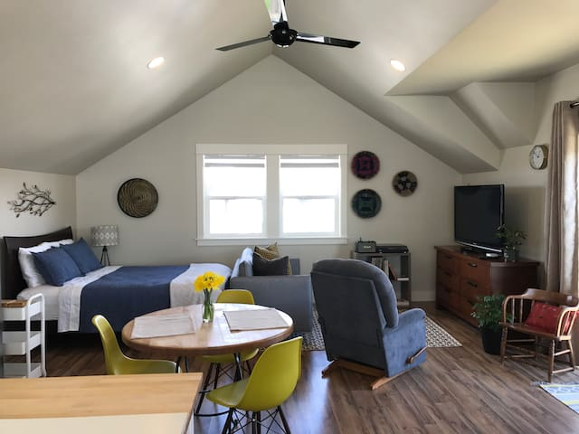 Modern Studio - Rooftop Deck - Desirable Locale