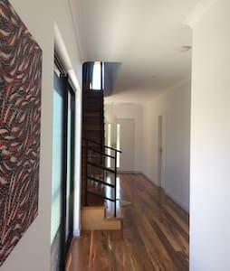 Fully furnished large bedroom - Mount Claremont - Rumah