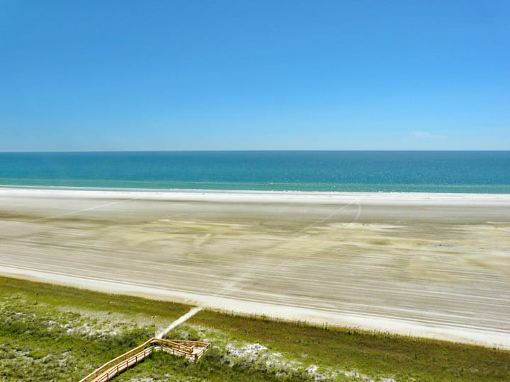 Colorful beachfront condo w/ heated pool & unmatched ocean views