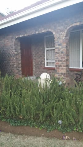 Private overnight room near OR Tambo Intl airport - Kempton Park - Huis