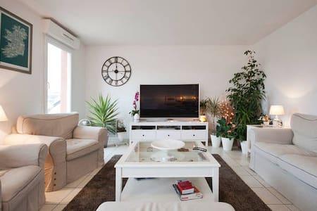 Grande chambre calme & confortable en centre ville