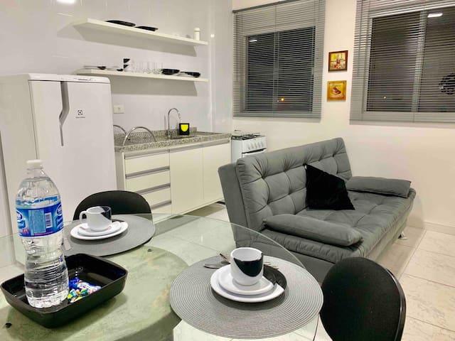Área da sala de estar, jantar e cozinha