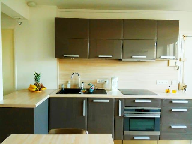 cuisine équipé avec lave-vaisselle, bouilloire, frigo, four et plaque de cuisson