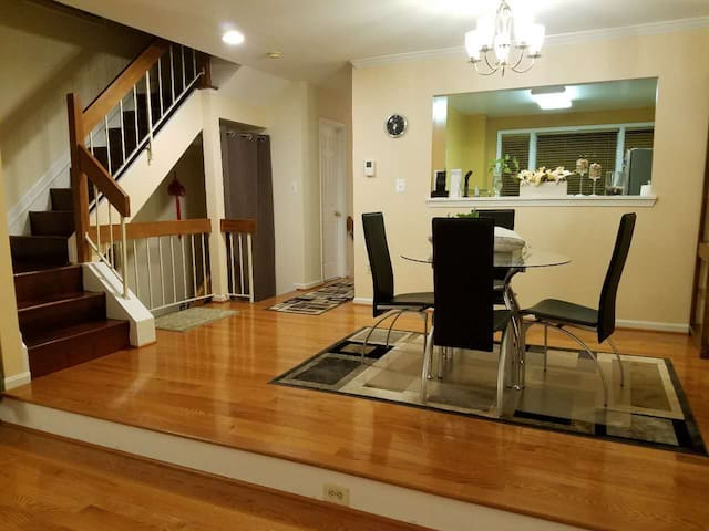 Cozy Bedroom with Private Bath Near Metro to DC