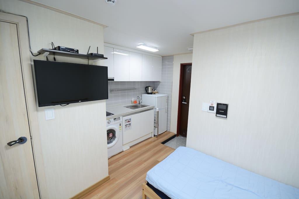 twin room, 2 single beds, mini kitchen, TV, washing machine