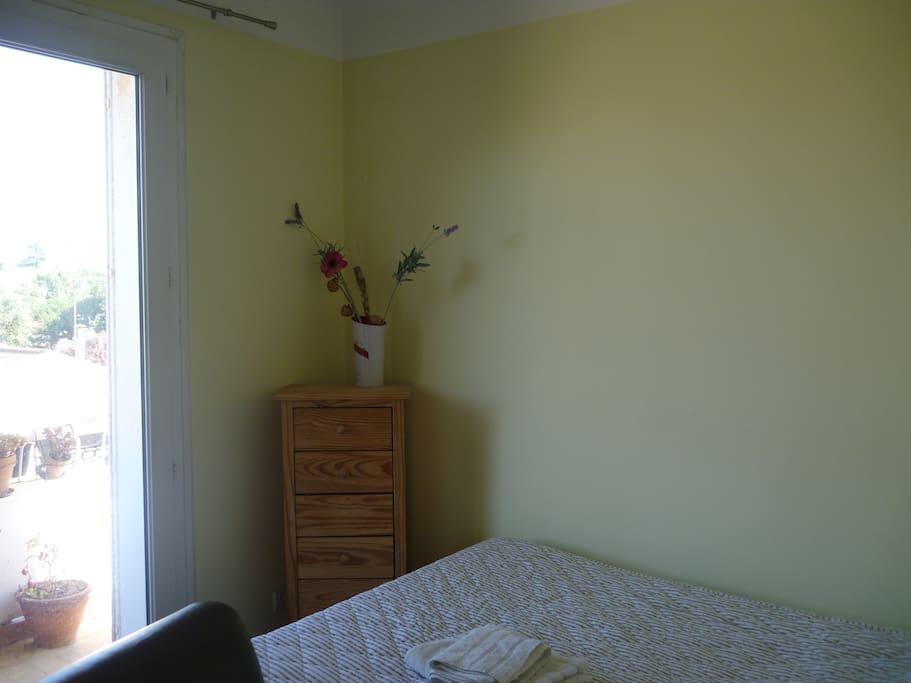 Chambre2  Un lit une personne orientée Sud Est Ouverte sur balcon Equipée d'un bureau et d'une armoire
