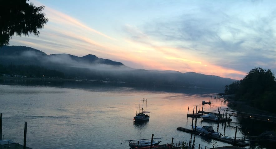 Ocean Escape Sunrise (private dock!) - Sooke - House