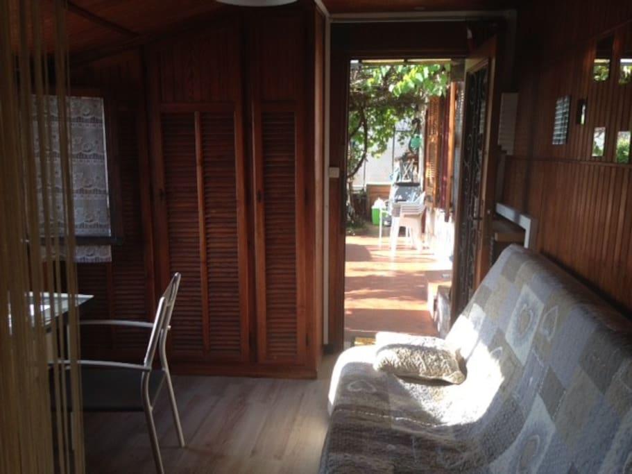 Une pièce à vivre agréable, donnant sur la terrasse