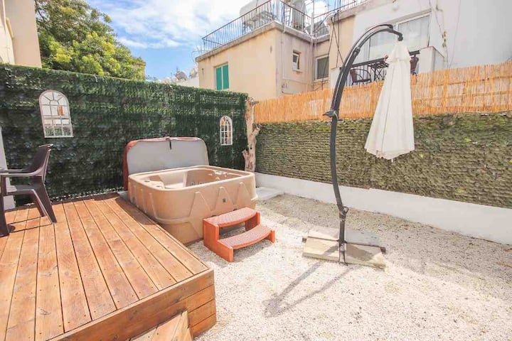 Garden flat with jacuzzi great location