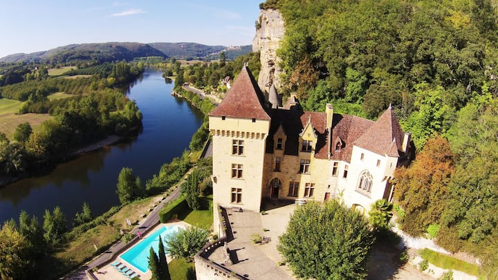 MAGNIFICIENT CHATEAU OVERLOOKING THE DORDOGNE