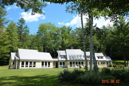 Riverfront Retreat, Duxbury Room - Norwich - House
