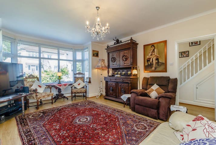 London home  near  public transport/amenities