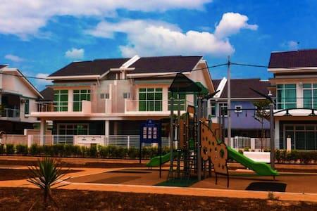 Spacious Semi-D House 30 min off KL - Jenjarom - Casa
