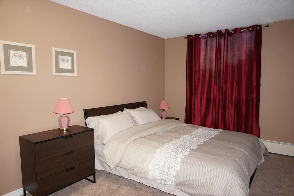 Master bedroom: Queen size bed