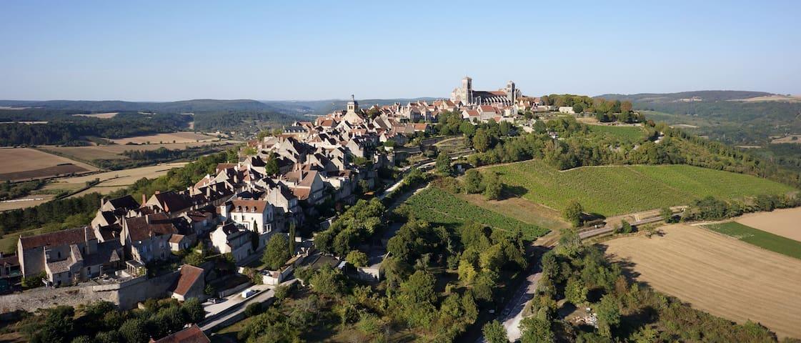 Village de Vézelay où est située la maison. Village of Vézelay