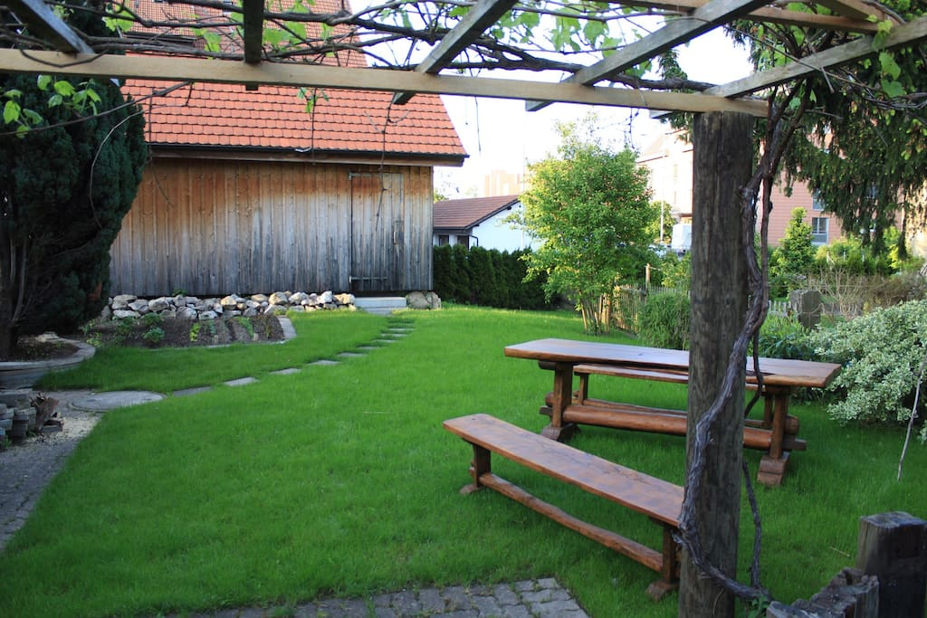 Garten mit Spielwiese und Schüür