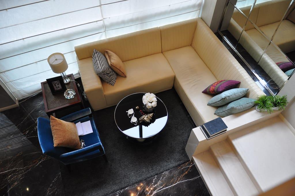 挑高客厅满足高端人士商务洽谈及娱乐小憩的需求。