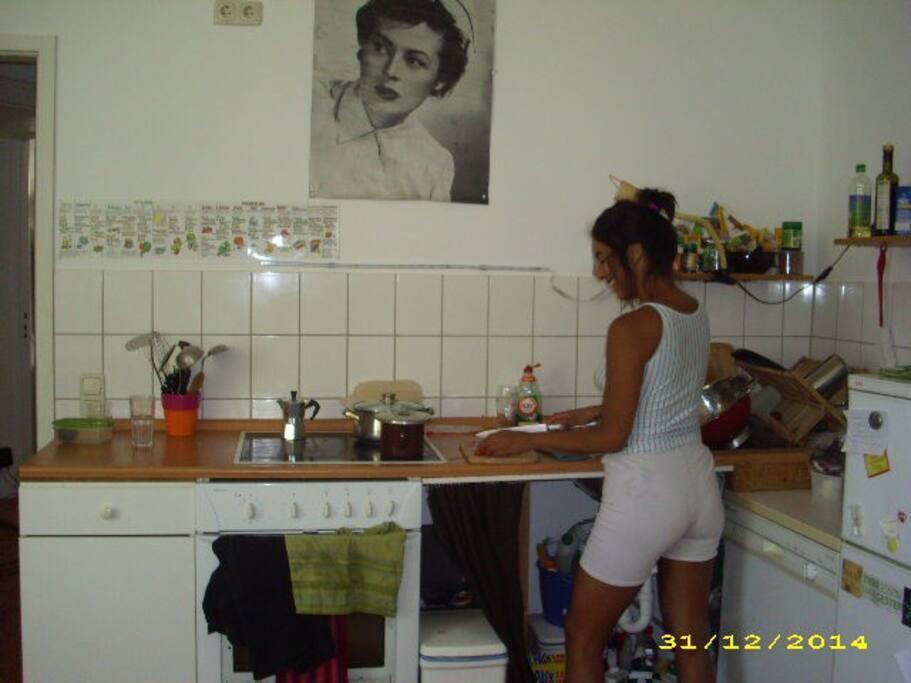 Die Küche mit meiner Mitbewohnerin.
