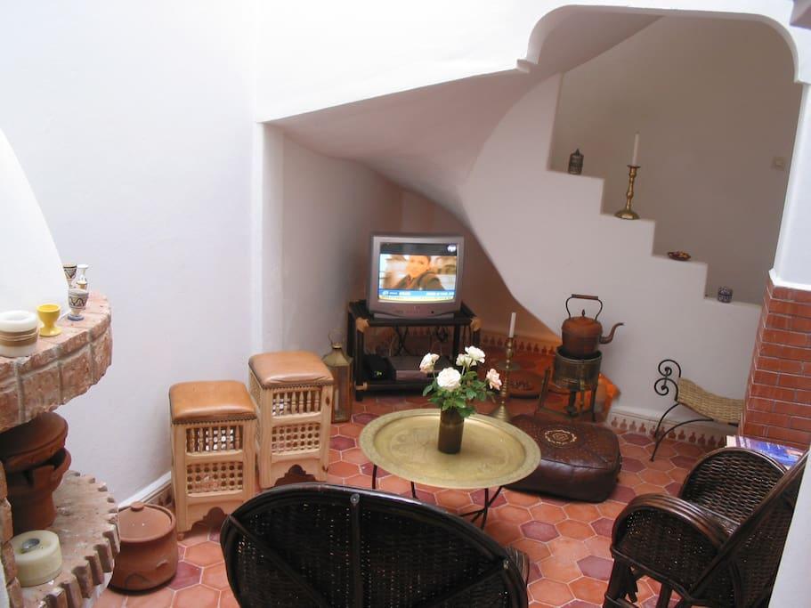 Salon avec l'escalier vers les étages