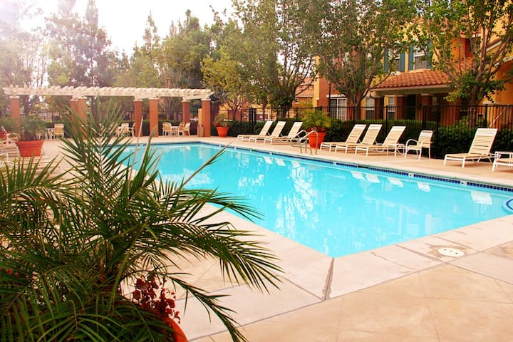 2BR 2.5BA (Two suits)Resort Style Townhouse - Irvine