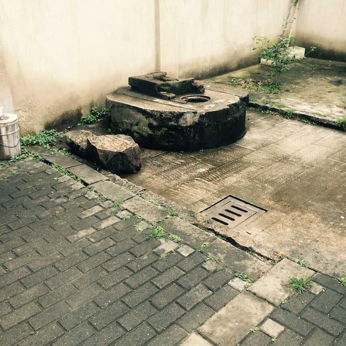 房门前的古井,至今街坊领居都还在使用