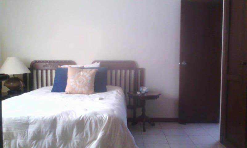 Cuarto con baño en centro de ciudad - Cabo San Lucas - House
