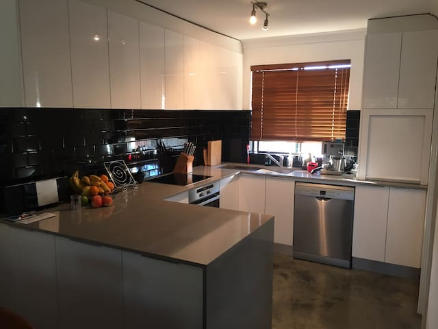 Fab apartment near CBD, UWA, PCH & Kings Park.